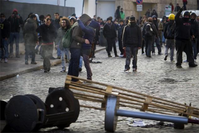 Roma 2010. Due giovani si baciano durante gli scontri avvenuti il 14 dicembre per le strade del centro di Roma. ANSA