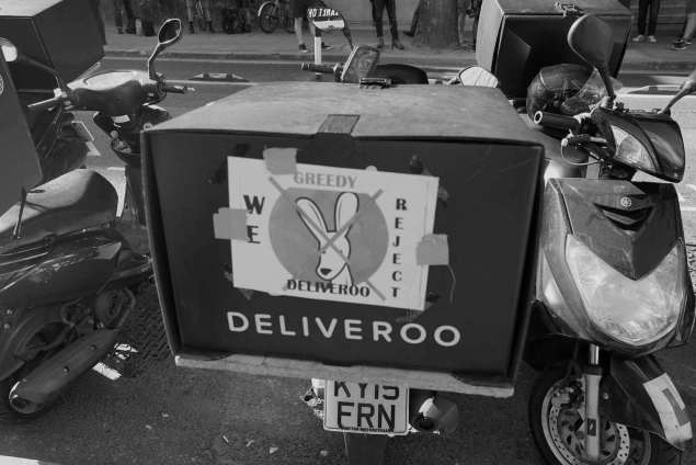 deliveroo-protest-robot-overlords-1471342025 copia